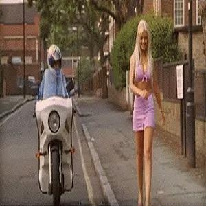 Blonde sur le trottoir