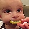 Bébé citron grimace