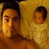 Papa et bébé même regard